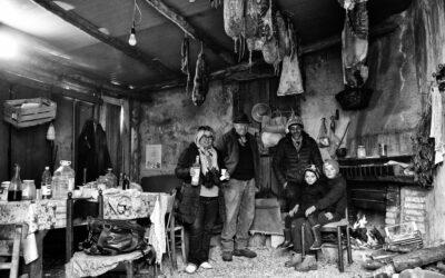 Famiglia di pastori silani nel rifugio invernale